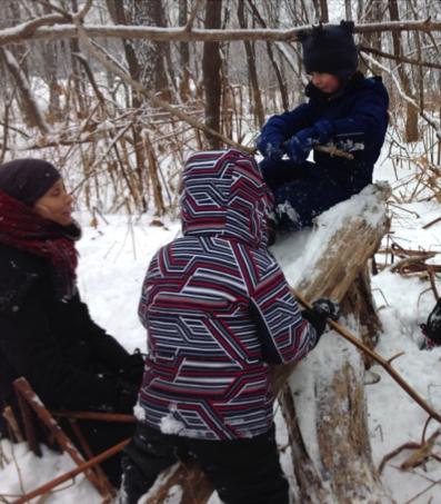 enfants qui joue dans la neige